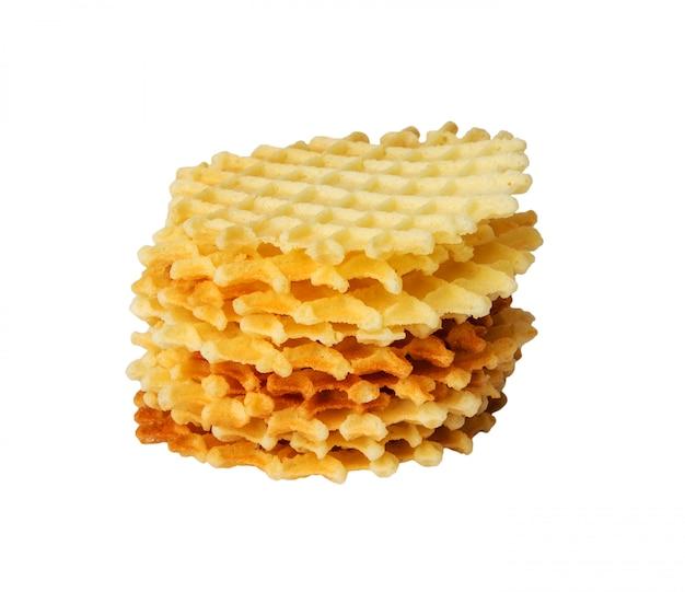 Uma pilha de waffles redondos dourados isolados.