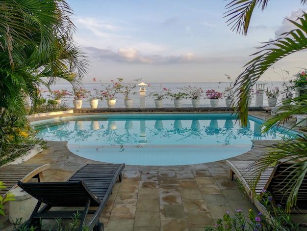 Uma piscina balinesa com vista para o mar de bali, na vila de amed.