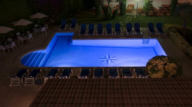 Uma piscina cheia de água quente no jardim