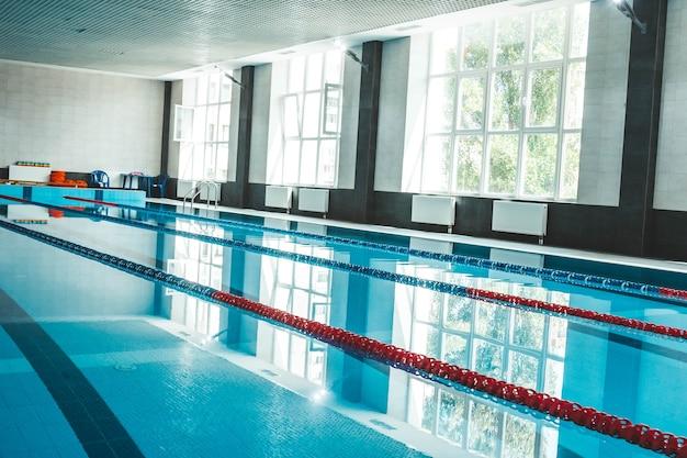 Uma piscina com água azul transparente e clara, na qual a luz do sol brilha