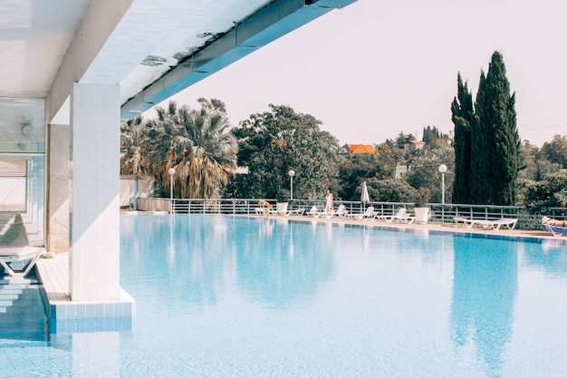 Uma piscina no topo de um prédio do centro de spa