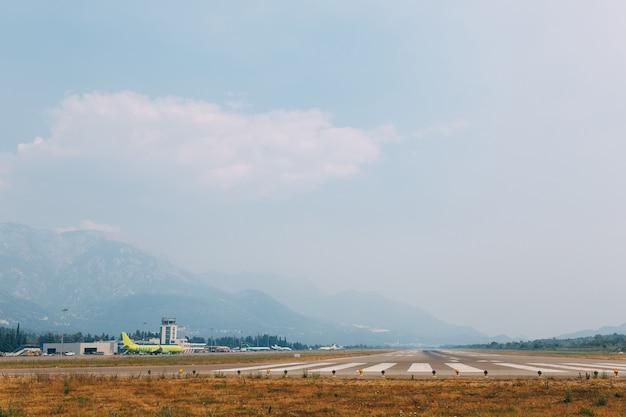 Uma pista de decolagem no aeroporto de tivat, em montenegro