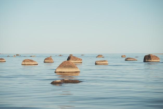 Uma pitoresca baía com muitos recifes.