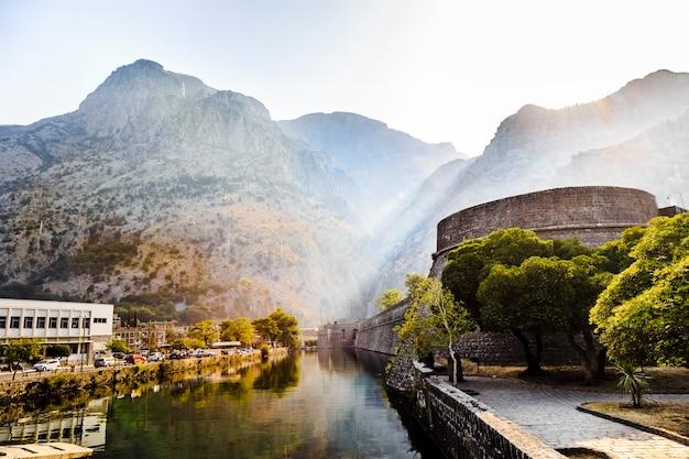 Uma pitoresca paisagem montanhosa, a fortaleza da cidade velha de kotor ao amanhecer. montenegro