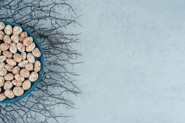 Uma placa de madeira azul cheia de um delicioso pão de mel doce na superfície branca