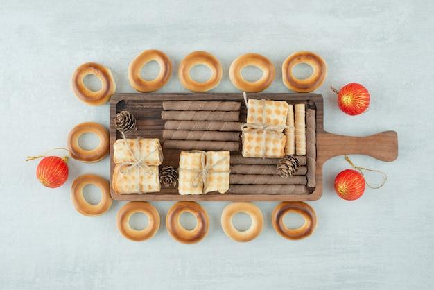Uma placa de madeira com biscoitos redondos em fundo branco. foto de alta qualidade