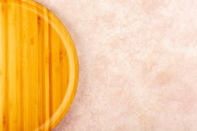 Uma placa de madeira vazia com vista de cima e mesa de refeição isolada em formato redondo