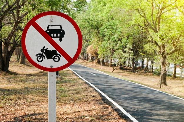 Uma placa que proíbe a circulação de veículos nesta estrada