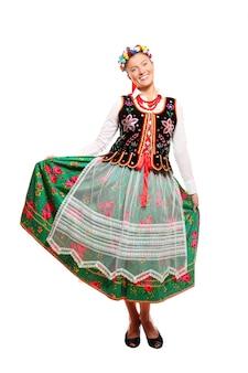 Uma polonesa com roupa tradicional sobre fundo branco