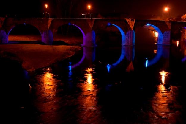 Uma ponte à noite