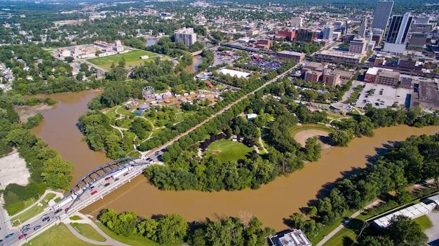 Uma ponte atravessa um rio lamacento marrom em uma grande cidade em uma foto aérea