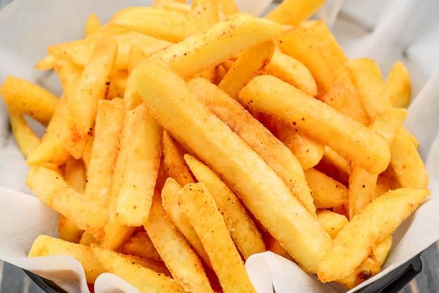 Uma porção de batatas fritas, batatas fritas