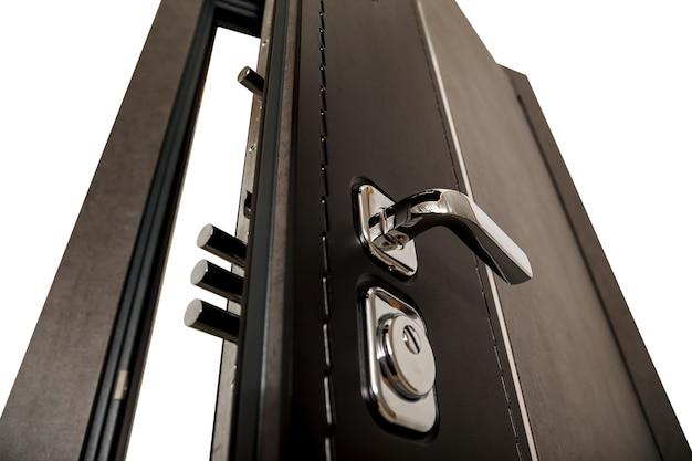 Uma porta aberta com fechaduras