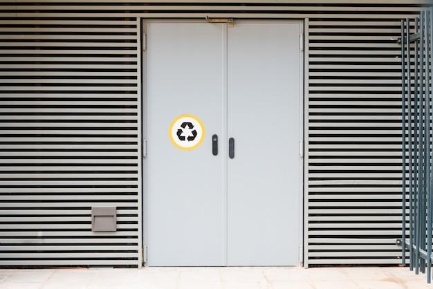 Uma porta de um edifício residencial para depositar lixo reciclável