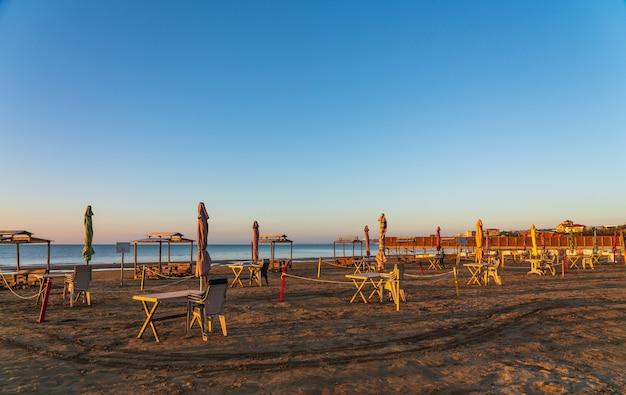 Uma praia vazia durante a pandemia do coronavírus
