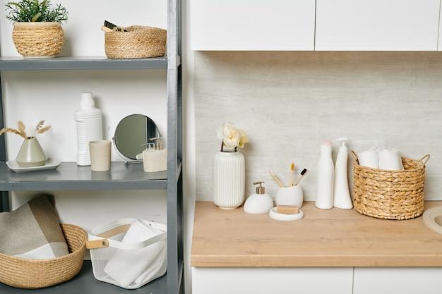 Uma prateleira com uma variedade de itens para casa e corpo em um apartamento moderno