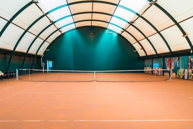 Uma quadra de tênis de mesa vazia com rede