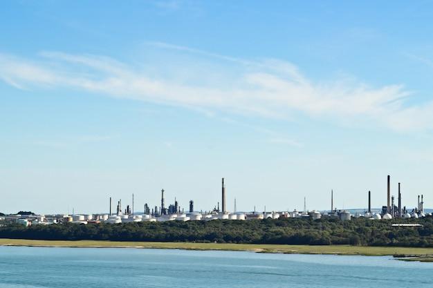 Uma refinaria de petróleo industrial perto de southampton, inglaterra