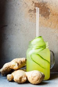 Uma refrescante limonada de verão com pepino e gengibre em uma jarra