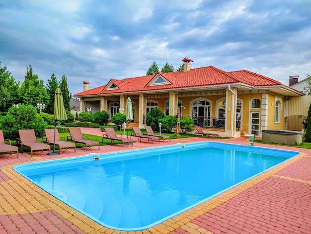 Uma residência moderna e luxuosa com piscina