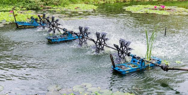 Uma roda d'água flutuando no canal