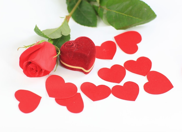 Uma rosa e uma caixa com anéis