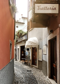 Uma rua italiana estreita com um sinal de restaurante