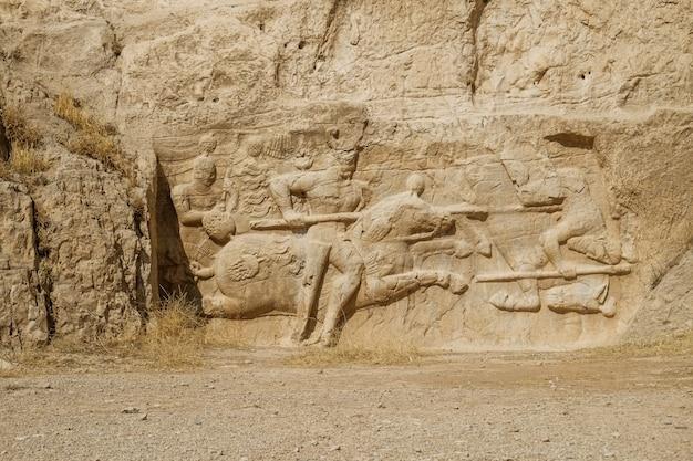 Uma ruína e uma descrição antiga do relevo da rocha de sassanid em naqsh-e rostam, irã.