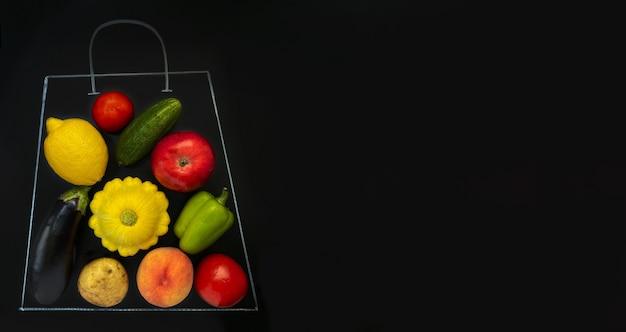 Uma sacola de supermercado desenhada com giz em um fundo preto cheia de vegetais e frutas, como tomate cucu
