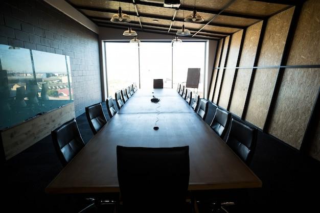 Uma sala de conferências moderna vazia e mesa de conferência no escritório