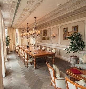 Uma sala de jantar interior de cor bege.