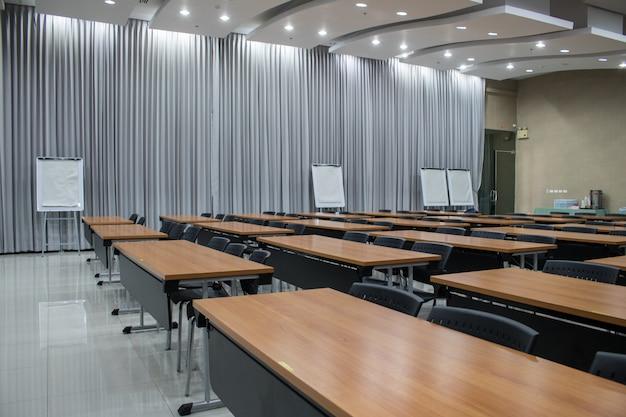 Uma sala de reunião vazia e quadro branco para o comentário com espaço da cópia