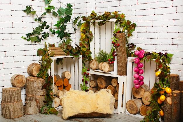 Uma sala de vista frontal com branco de madeira com pedaços de madeira e folhas junto com frutas
