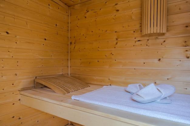 Uma sauna quente de madeira saudável com acessórios de sauna