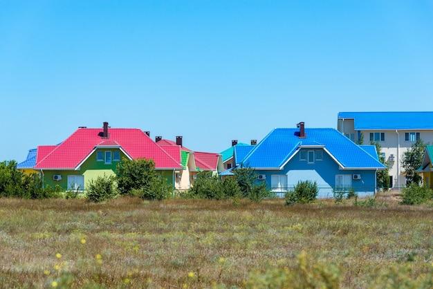 Uma seção de casas geminadas coloridas em uma cidade costeira do oeste do país