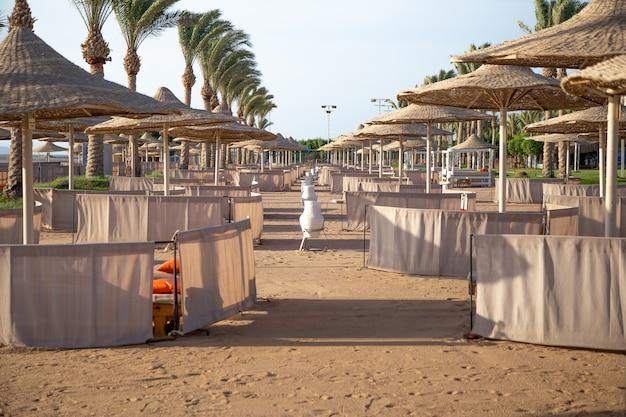 Uma seção vazia do hotel de praia.
