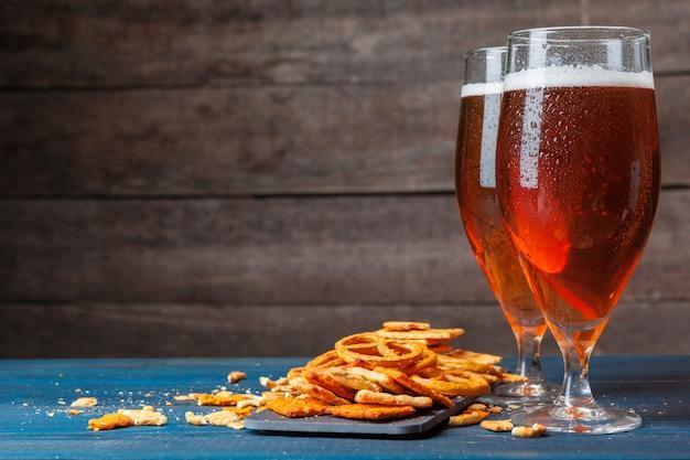 Uma seleção de cerveja e lanches na madeira