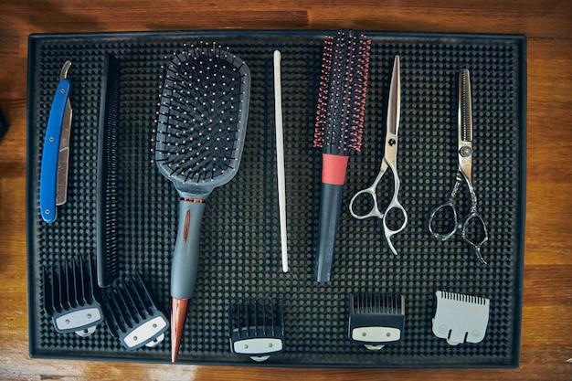 Uma seleção de diferentes ferramentas de barbeiro instaladas no local de trabalho de um barbeiro