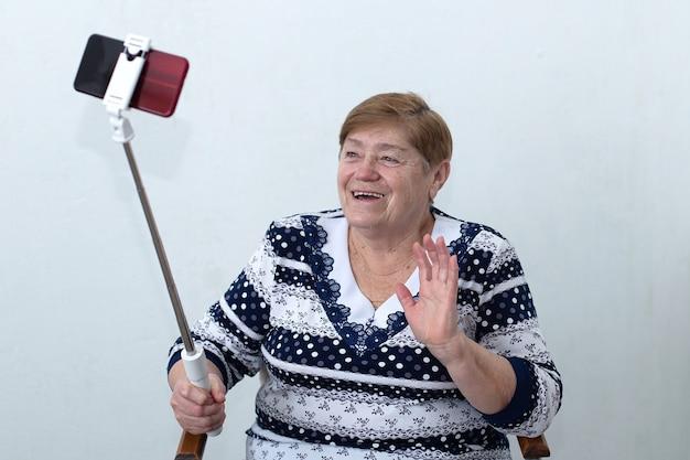 Uma senhora idosa escreve um vídeo para um blog