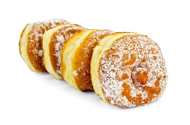 Uma série de quatro donuts polvilhados com açúcar de confeiteiro isolado no fundo branco