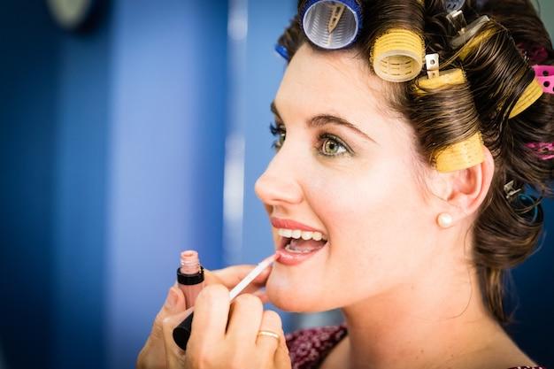Uma sessão de maquiagem feminina no dia do casamento