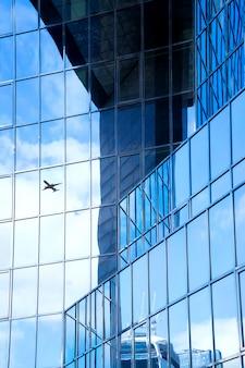 Uma silhueta de avião a jato com escritório comercial torres fundo, londres