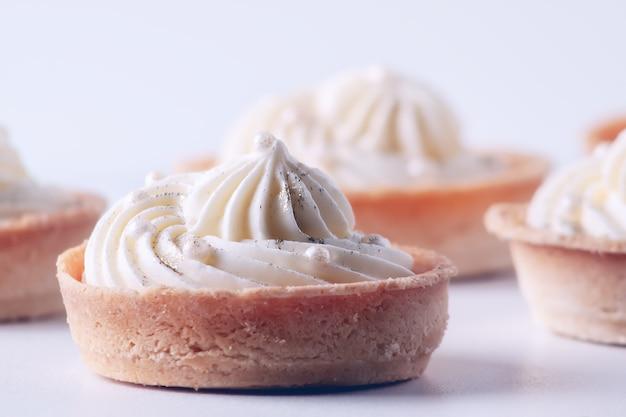 Uma sobremesa popular para chá e café - cupcakes com creme de merengue