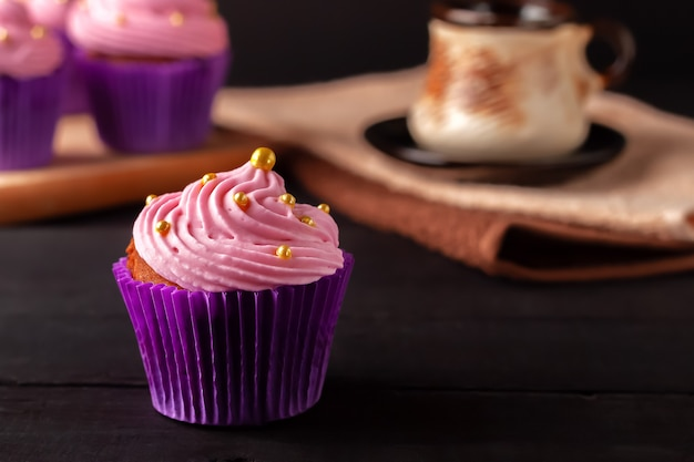 Uma sobremesa popular para chá e café são os muffins de creme de manteiga.