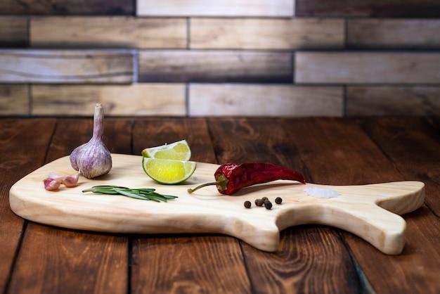 Uma tábua de cortar em forma de baleia sobre a mesa