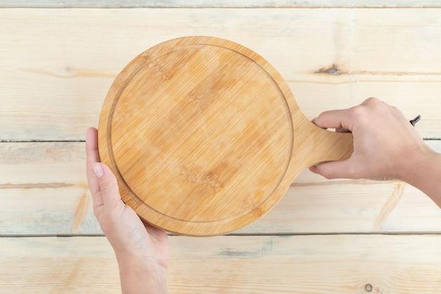 Uma tábua de corte feita de madeira