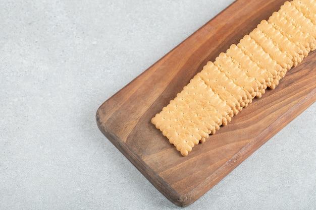 Uma tábua de madeira com biscoitos deliciosos.