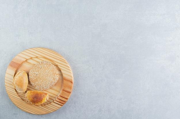 Uma tábua de madeira com doces deliciosos pastéis.