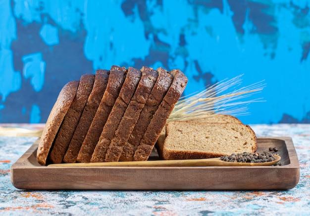 Uma tábua de madeira com fatias de pão.