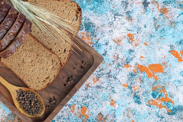 Uma tábua de madeira com fatias de pão